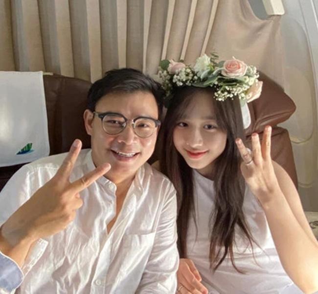 Những ngày vừa qua cộng đồng mạng không khỏi xuýt xoa với khoảnh khắc cầu hôn vô cùng lãng mạn của CEO Hùng Đinh dành cho cô bạn gái xinh đẹp kém 16 tuổi.