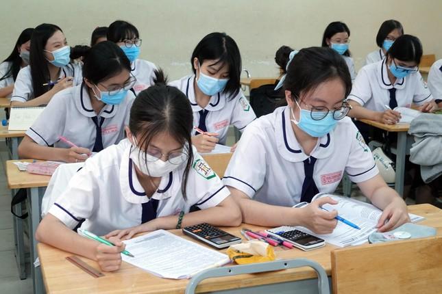 TP.HCM giãn cách theo chỉ thị 10, phụ huynh lo lắng: Teen 2K3 có thi tốt nghiệp đợt 1? - 1