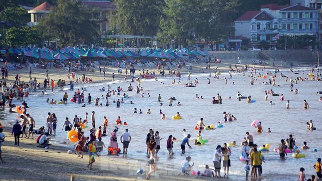 Nắng nóng kéo dài, biển Đồ Sơn chật kín người xuống tắm - 1