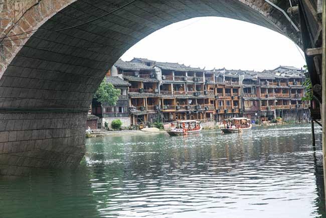 Thị trấn này được xây dựng vào đầu triều đại nhà Thanh, đây là phố cổ đậm dấu ấn lịch sử và văn hóa của người Trung Quốc. Nơi đây luôn được người nước ngoài ca ngợi là cổ trấn đẹp nhất Trung Quốc.