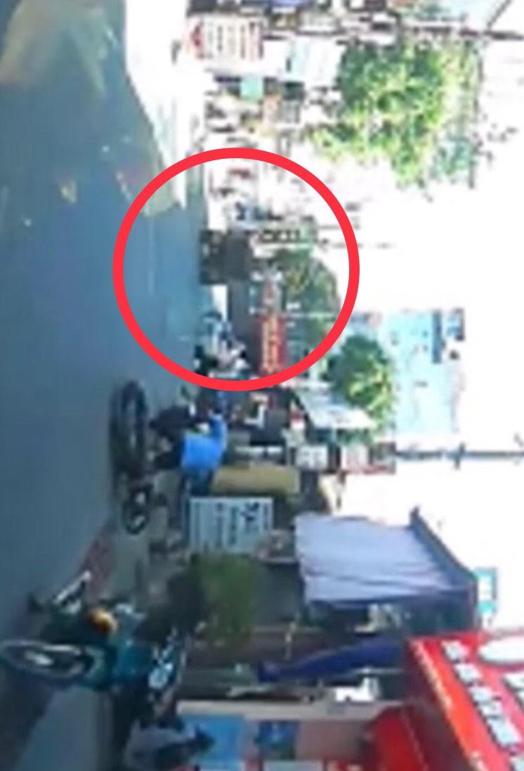 Clip: Xe công nông bật cửa thùng vẫn lao vun vút, gây họa cho 2 lái xe máy - 1