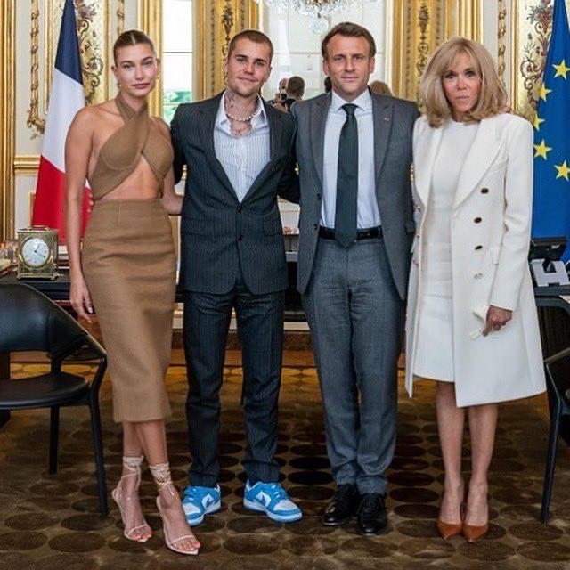 Gặp Tổng thống Pháp, vợ Justin Bieber mặc như đi nhảy đầm bị chê mất lịch sự - 1