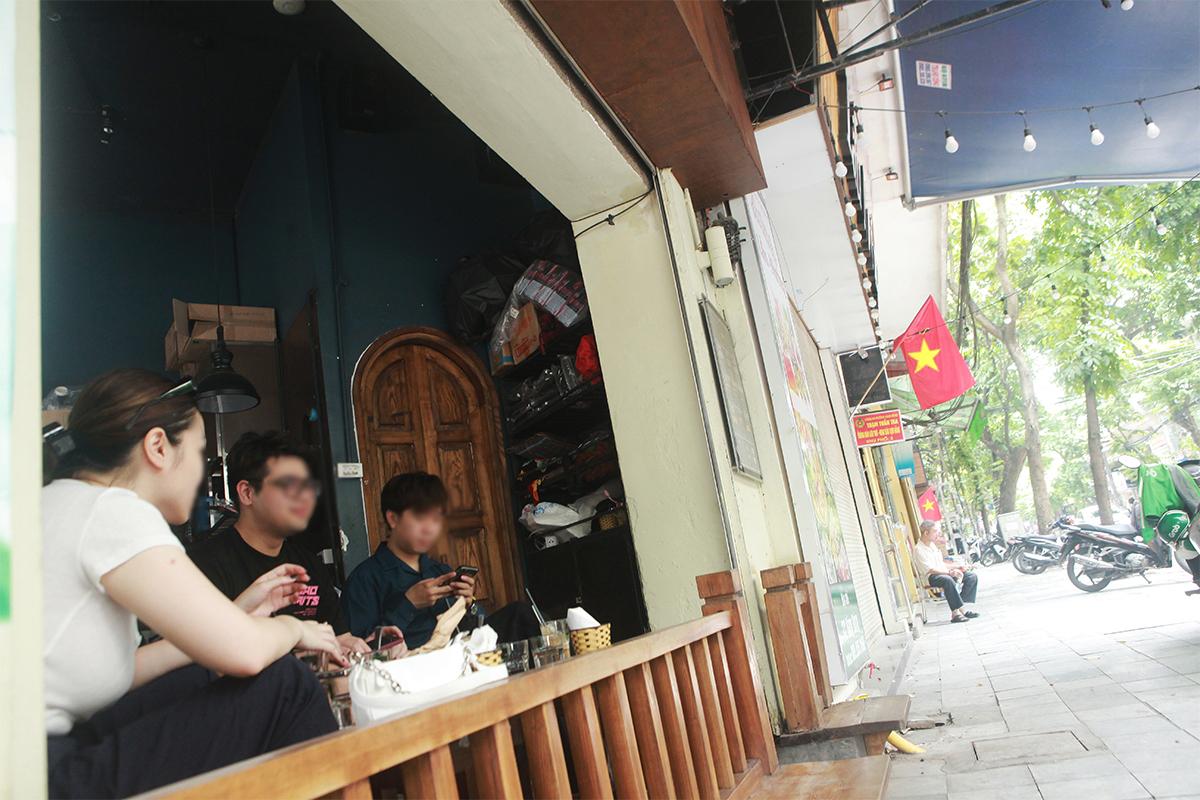"""Ngày đầu mở cửa hàng quán ở Hà Nội: """"Vô tư"""" bỏ tấm chắn, ngồi sát nhau ăn uống - 8"""