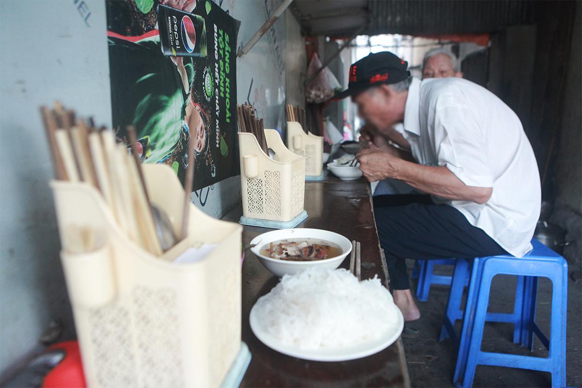 """Ngày đầu mở cửa hàng quán ở Hà Nội: """"Vô tư"""" bỏ tấm chắn, ngồi sát nhau ăn uống - 12"""