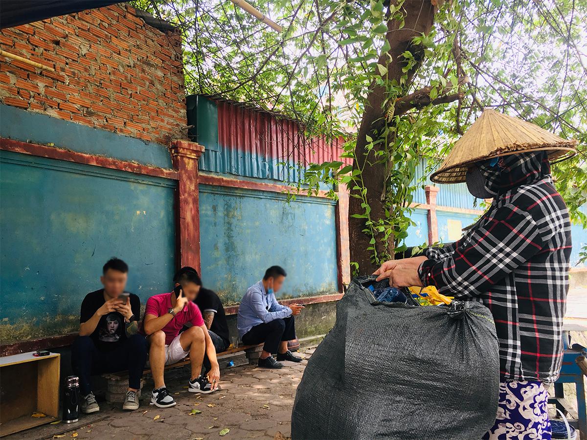 """Ngày đầu mở cửa hàng quán ở Hà Nội: """"Vô tư"""" bỏ tấm chắn, ngồi sát nhau ăn uống - 14"""