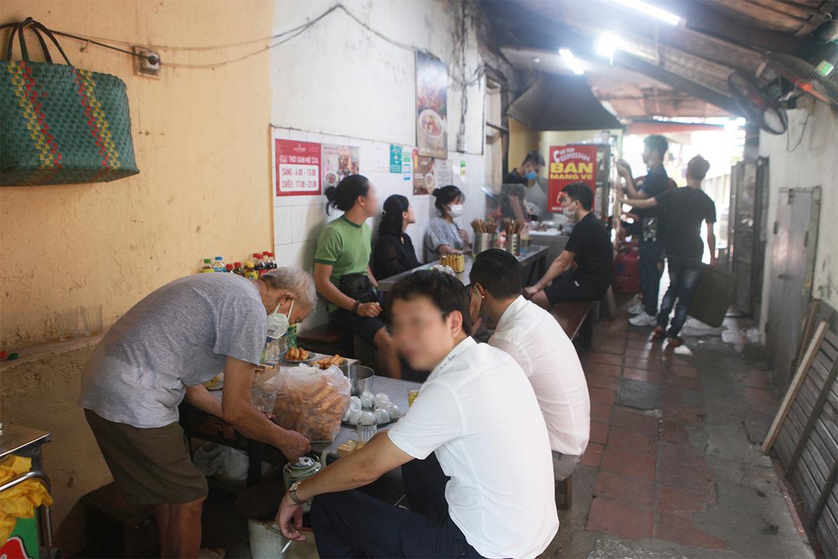 """Ngày đầu mở cửa hàng quán ở Hà Nội: """"Vô tư"""" bỏ tấm chắn, ngồi sát nhau ăn uống - 2"""