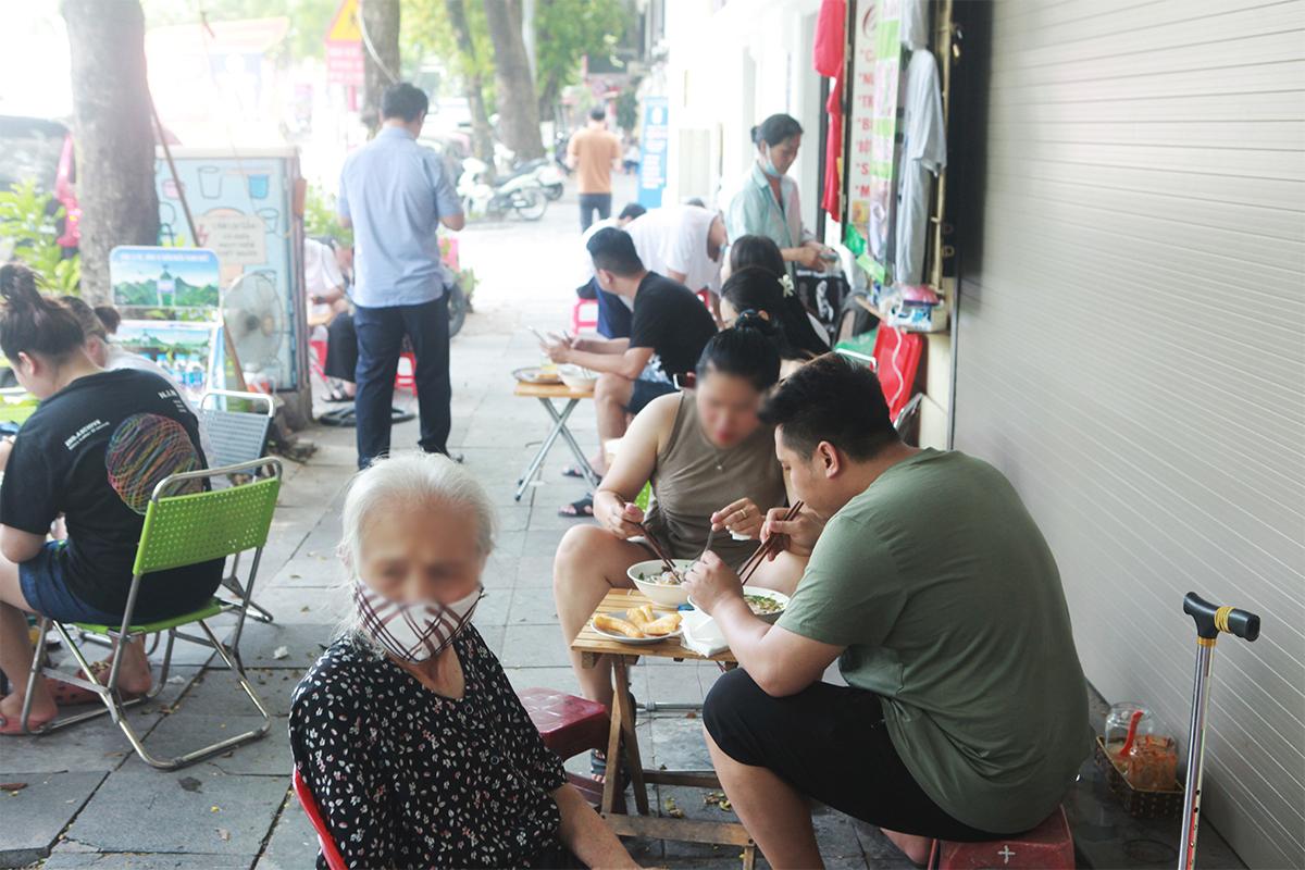 """Ngày đầu mở cửa hàng quán ở Hà Nội: """"Vô tư"""" bỏ tấm chắn, ngồi sát nhau ăn uống - 3"""