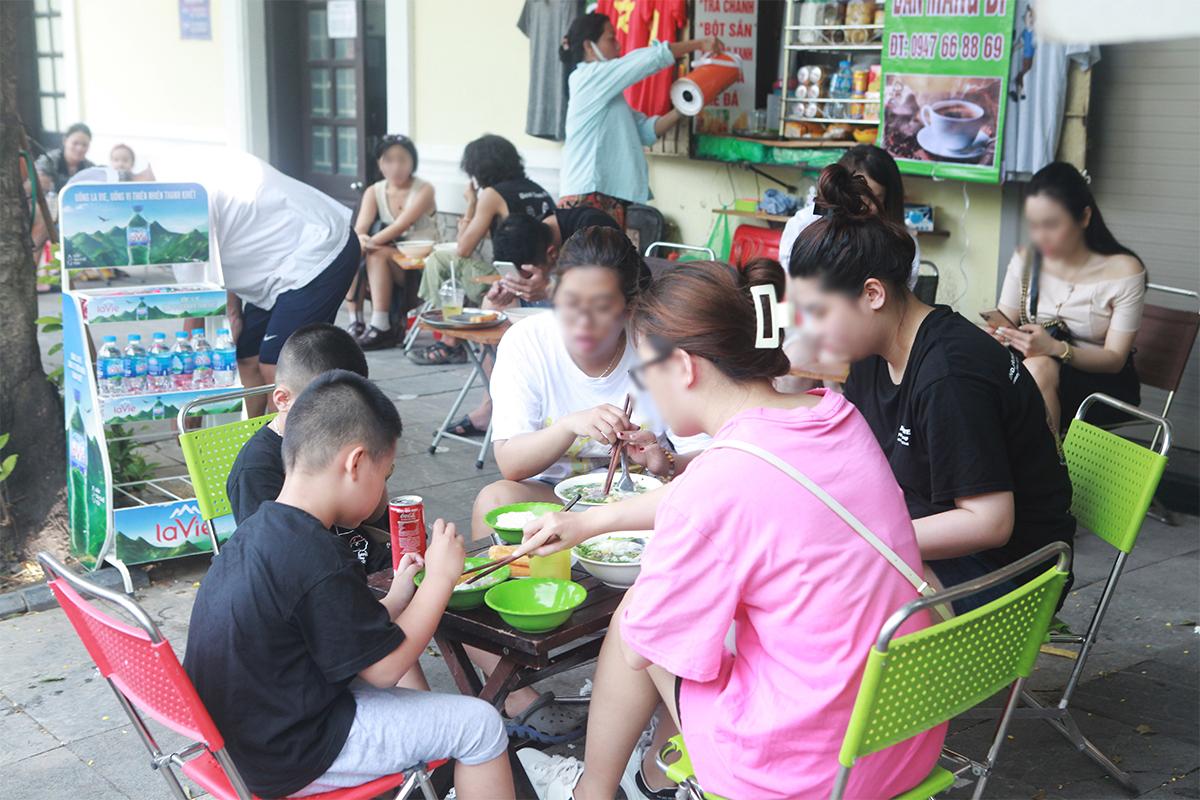 """Ngày đầu mở cửa hàng quán ở Hà Nội: """"Vô tư"""" bỏ tấm chắn, ngồi sát nhau ăn uống - 4"""
