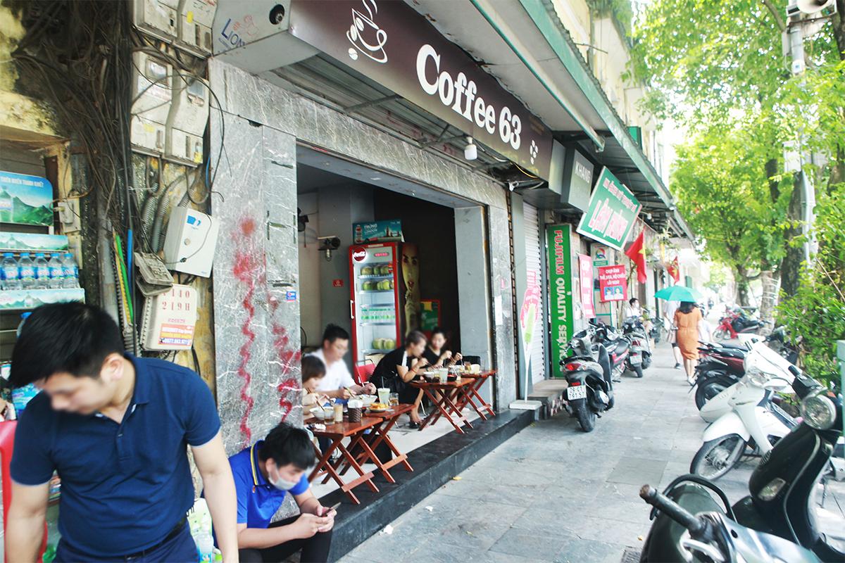 """Ngày đầu mở cửa hàng quán ở Hà Nội: """"Vô tư"""" bỏ tấm chắn, ngồi sát nhau ăn uống - 6"""