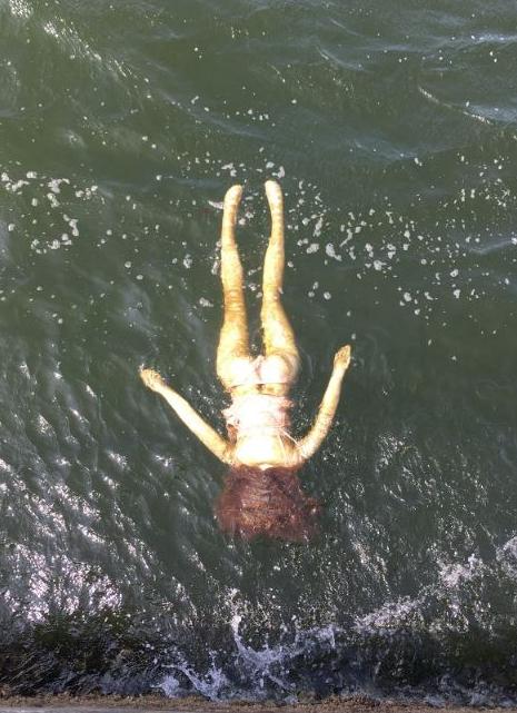 """Nhật Bản: Cứu """"cô gái"""" quần áo xộc xệch trôi dạt bờ biển, bất ngờ khi kéo được lên - 1"""