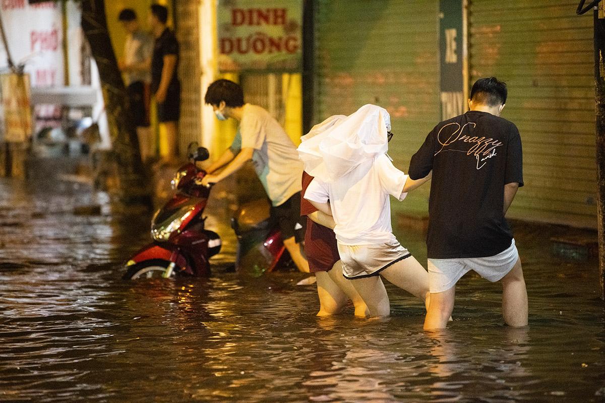 Ảnh: Đường phố Hà Nội ngập như sông sau cơn mưa giải nhiệt - 14
