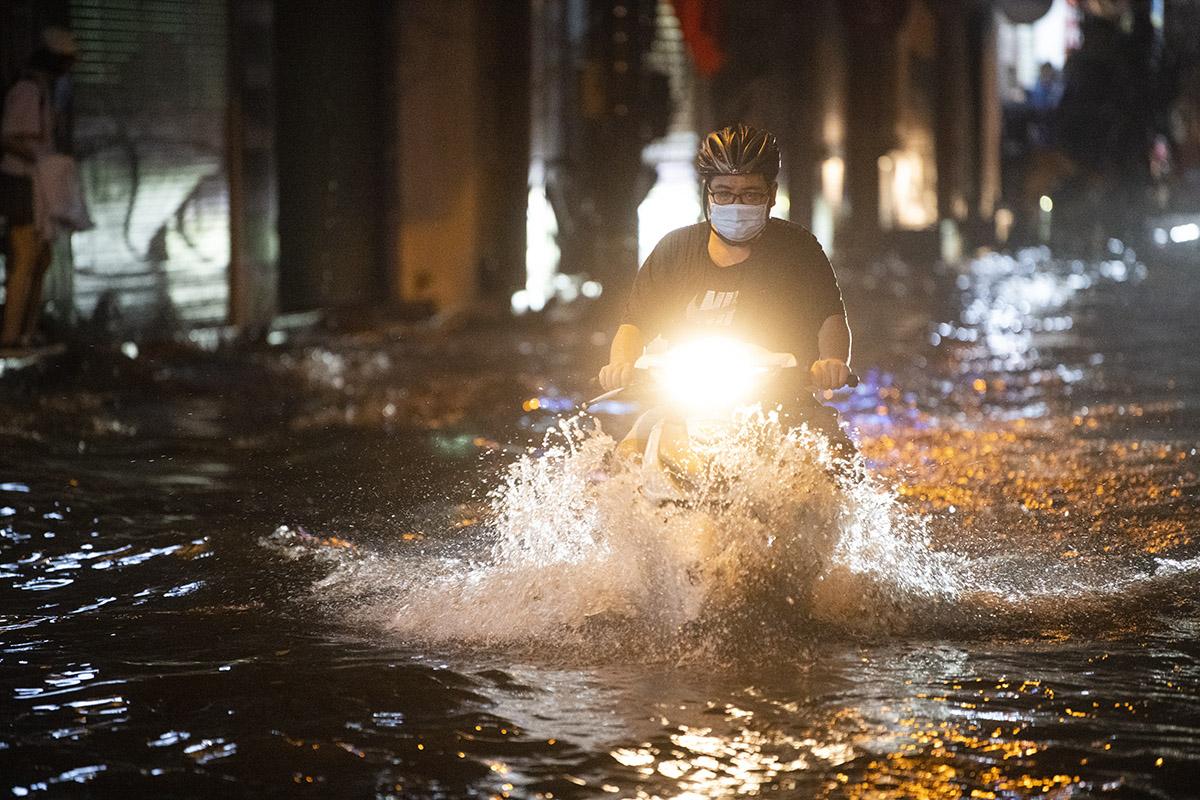 Ảnh: Đường phố Hà Nội ngập như sông sau cơn mưa giải nhiệt - 19