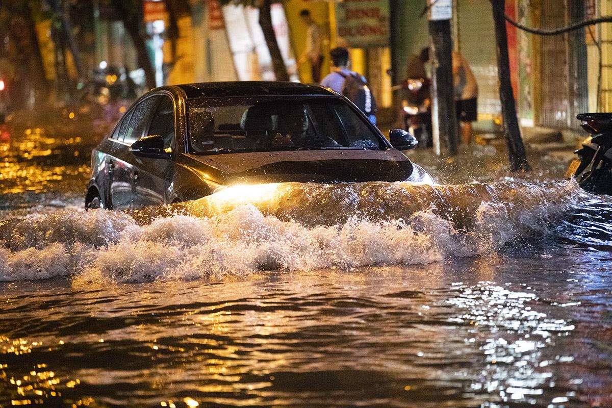 Ảnh: Đường phố Hà Nội ngập như sông sau cơn mưa giải nhiệt - 3