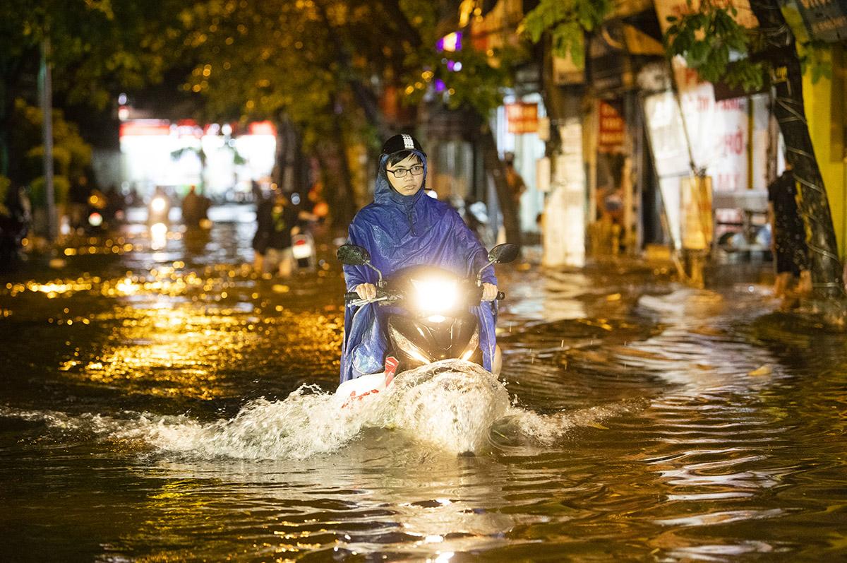 Ảnh: Đường phố Hà Nội ngập như sông sau cơn mưa giải nhiệt - 7