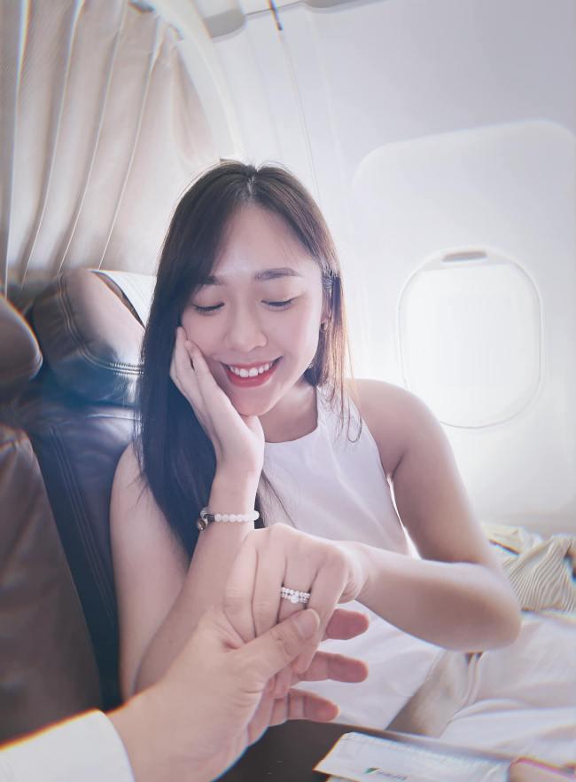 Mới đây, nàng biên tập viên xinh đẹp còn gây chú ý khi được triệu phú Việt hơn 16 tuổi cầu hôn trên máy bay.