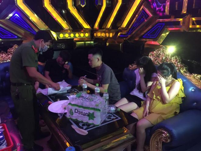 35 nam nữ bay lắc trong quán karaoke, có cả học sinh - 1