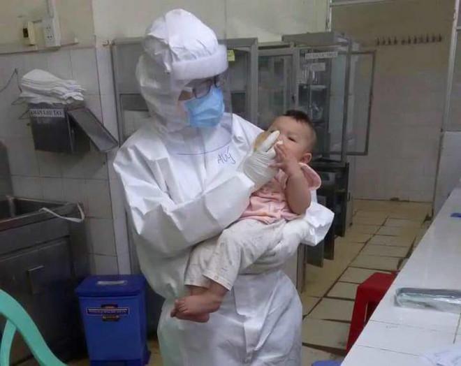 Cảm động câu chuyện nữ bác sĩ ở TP.HCM vắt sữa tặng em bé mắc COVID-19
