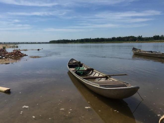 Bắt cá trên sông, hai vợ chồng bị điện giật tử vong - 1