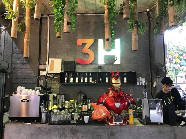 Bắt nguồn từ niềm đam mê sưu tập các loại mô hình, anh Trần Mạnh Hùng (Long Biên, Hà Nội) mong muốn tạo ra một sân chơi chung cho những người cùng sở thích và quán cà phê mô hình 3H (Minh Khai, Hà Nội) từ đó được ra đời.