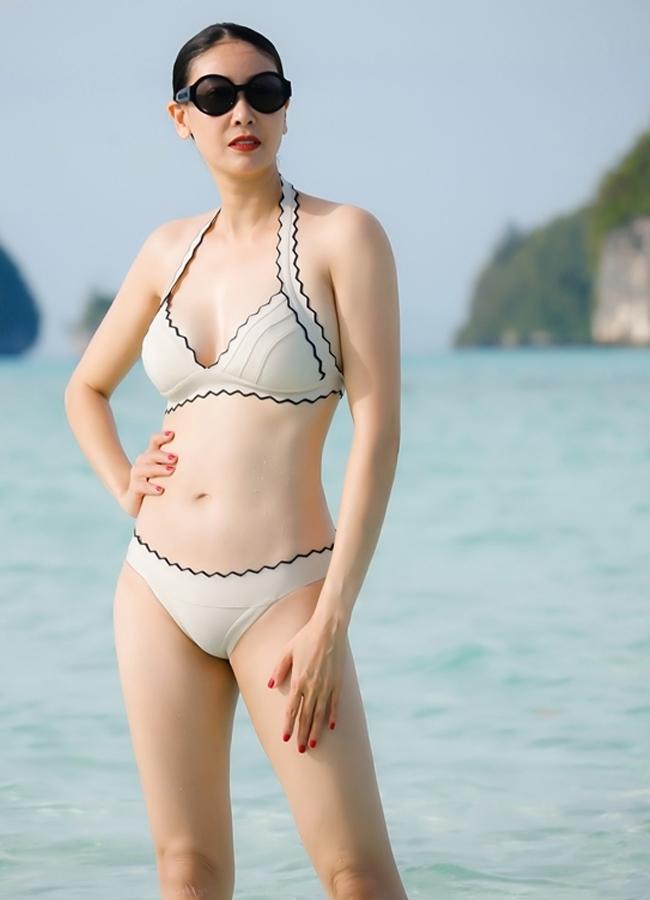 Dù đã bước sang độ tuổi U50,Hà Kiều Anh vẫn khiến các đàn em phải ngưỡng mộ bởi sắc vóc gợi cảm cùng thần thái quyến rũ toát ra từ bên trong.