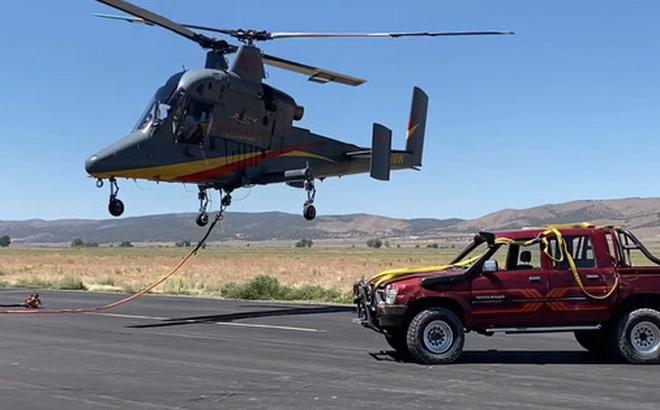 Thả rơi Toyota Hilux từ độ cao hơn 3.000 mét và cái kết - 1