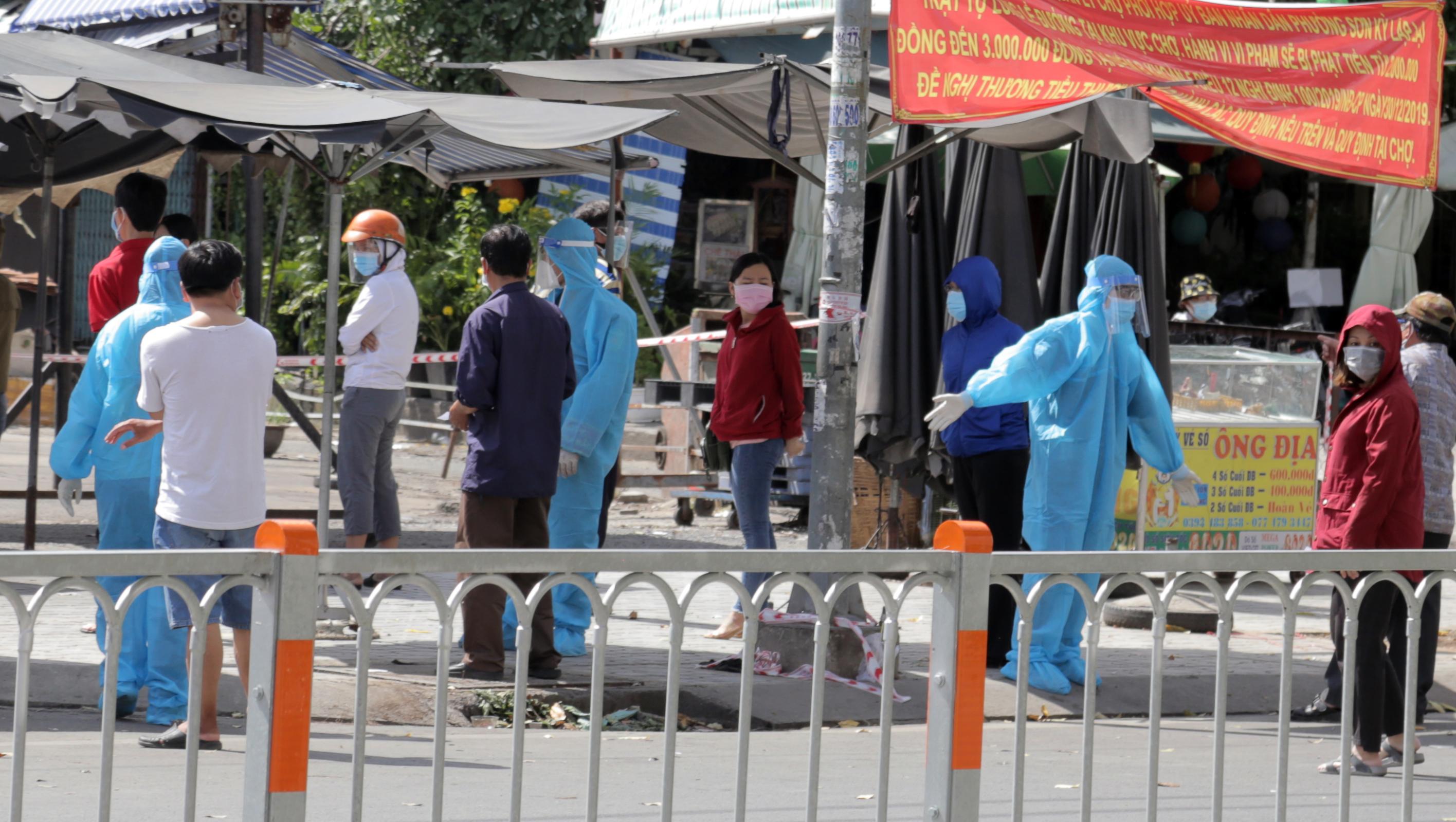 Ảnh: Phong tỏa mọi ngóc ngách, xét nghiệm hàng trăm người tại chợ ở Tân Phú vì dịch COVID-19 phức tạp - 11