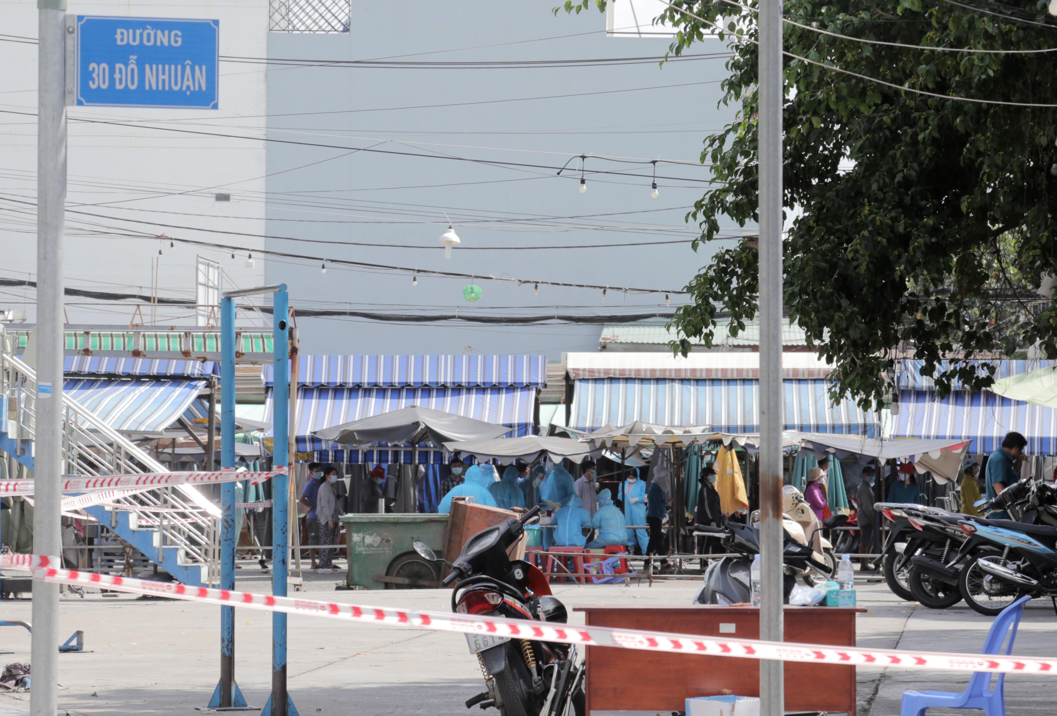 Ảnh: Phong tỏa mọi ngóc ngách, xét nghiệm hàng trăm người tại chợ ở Tân Phú vì dịch COVID-19 phức tạp - 13