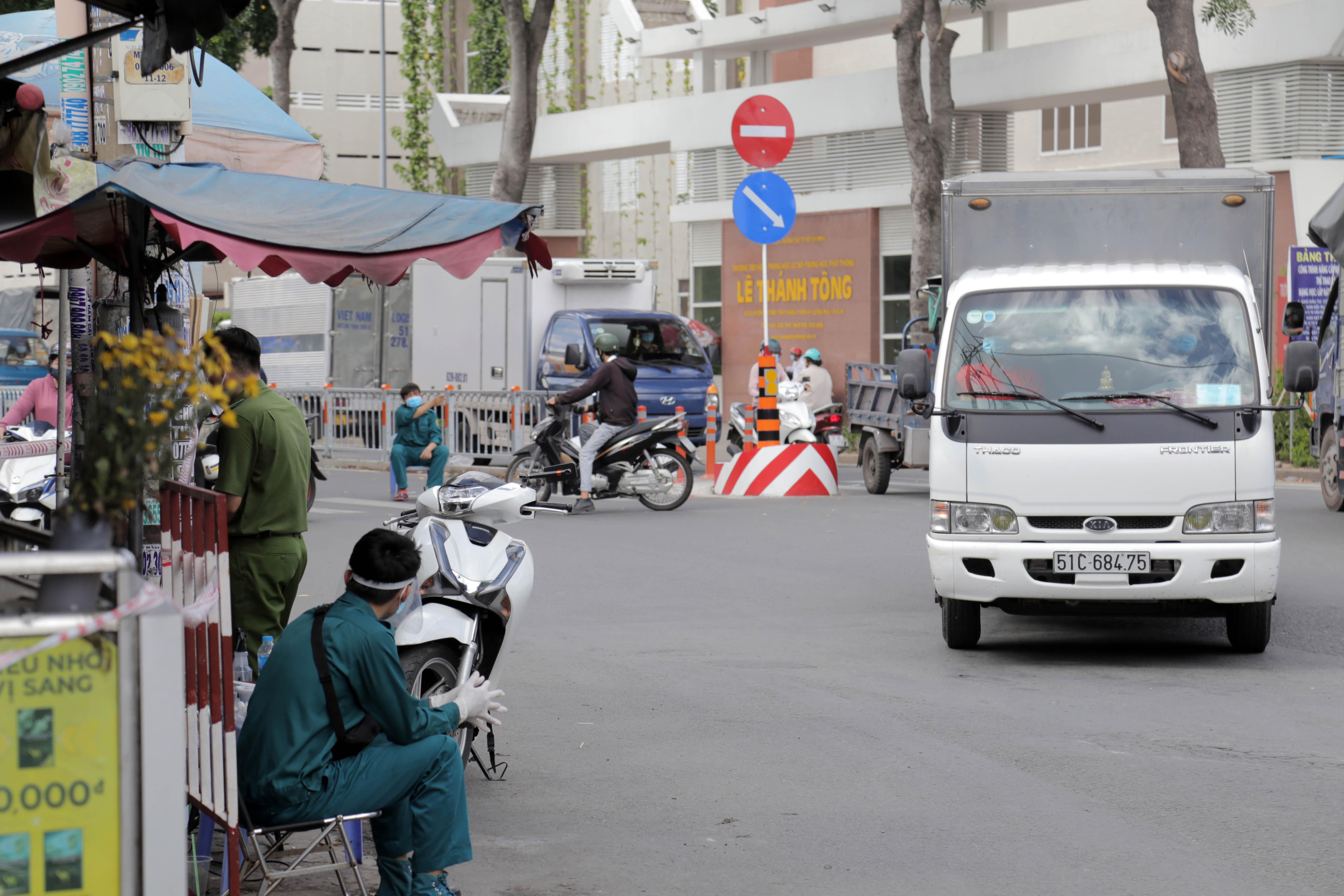 Ảnh: Phong tỏa mọi ngóc ngách, xét nghiệm hàng trăm người tại chợ ở Tân Phú vì dịch COVID-19 phức tạp - 3