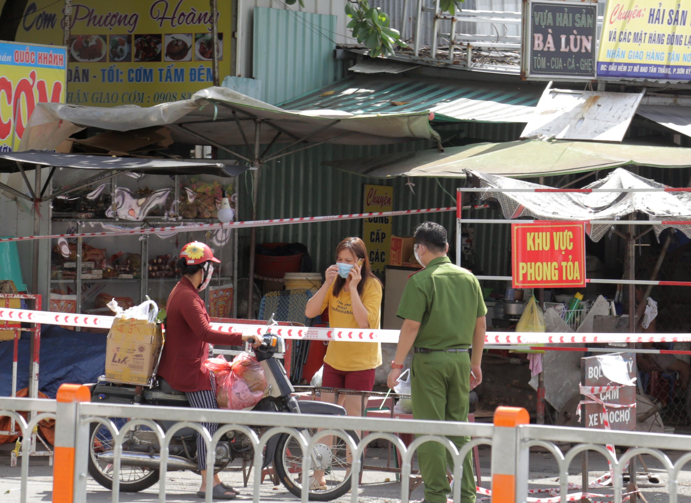 Ảnh: Phong tỏa mọi ngóc ngách, xét nghiệm hàng trăm người tại chợ ở Tân Phú vì dịch COVID-19 phức tạp - 5