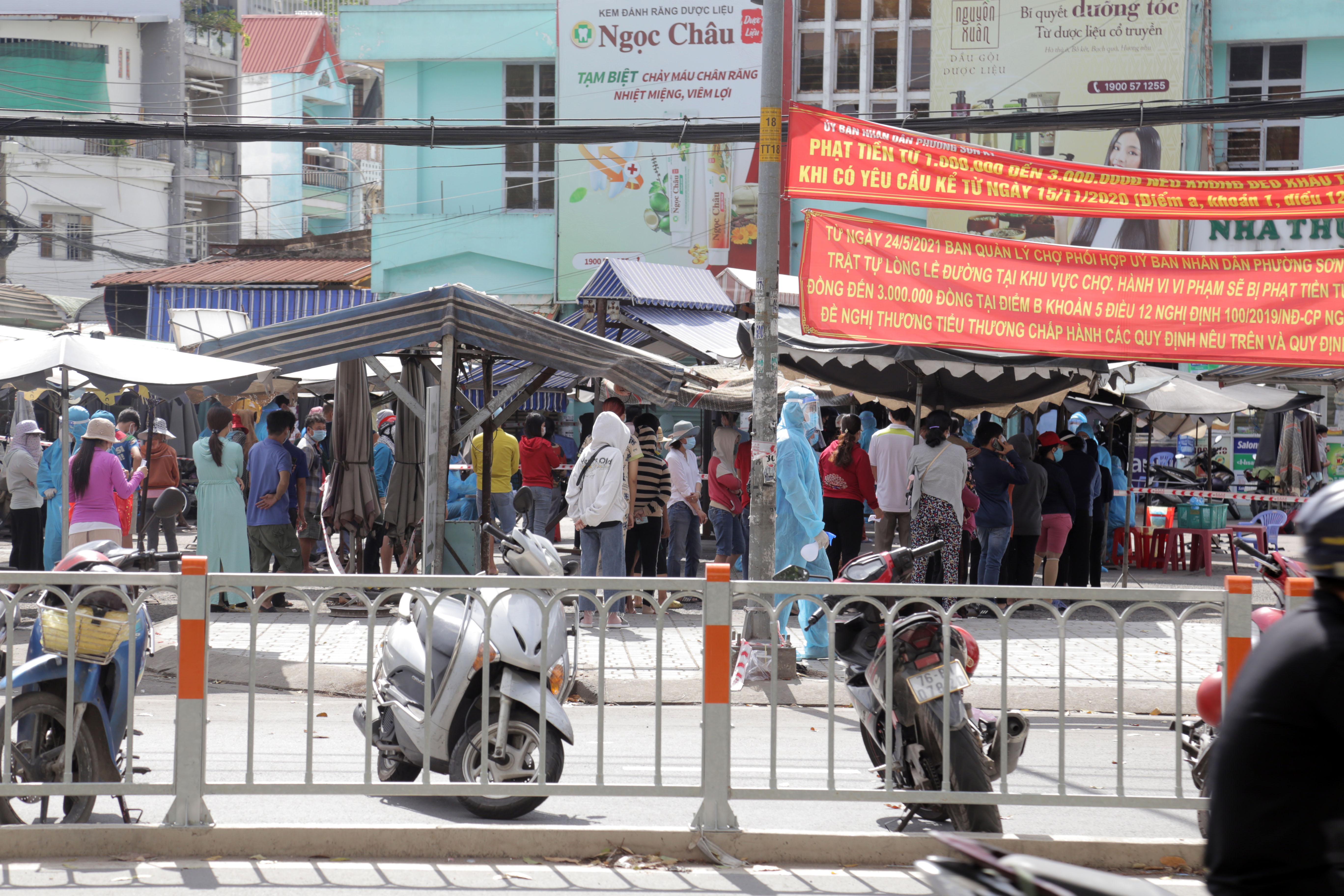 Ảnh: Phong tỏa mọi ngóc ngách, xét nghiệm hàng trăm người tại chợ ở Tân Phú vì dịch COVID-19 phức tạp - 7
