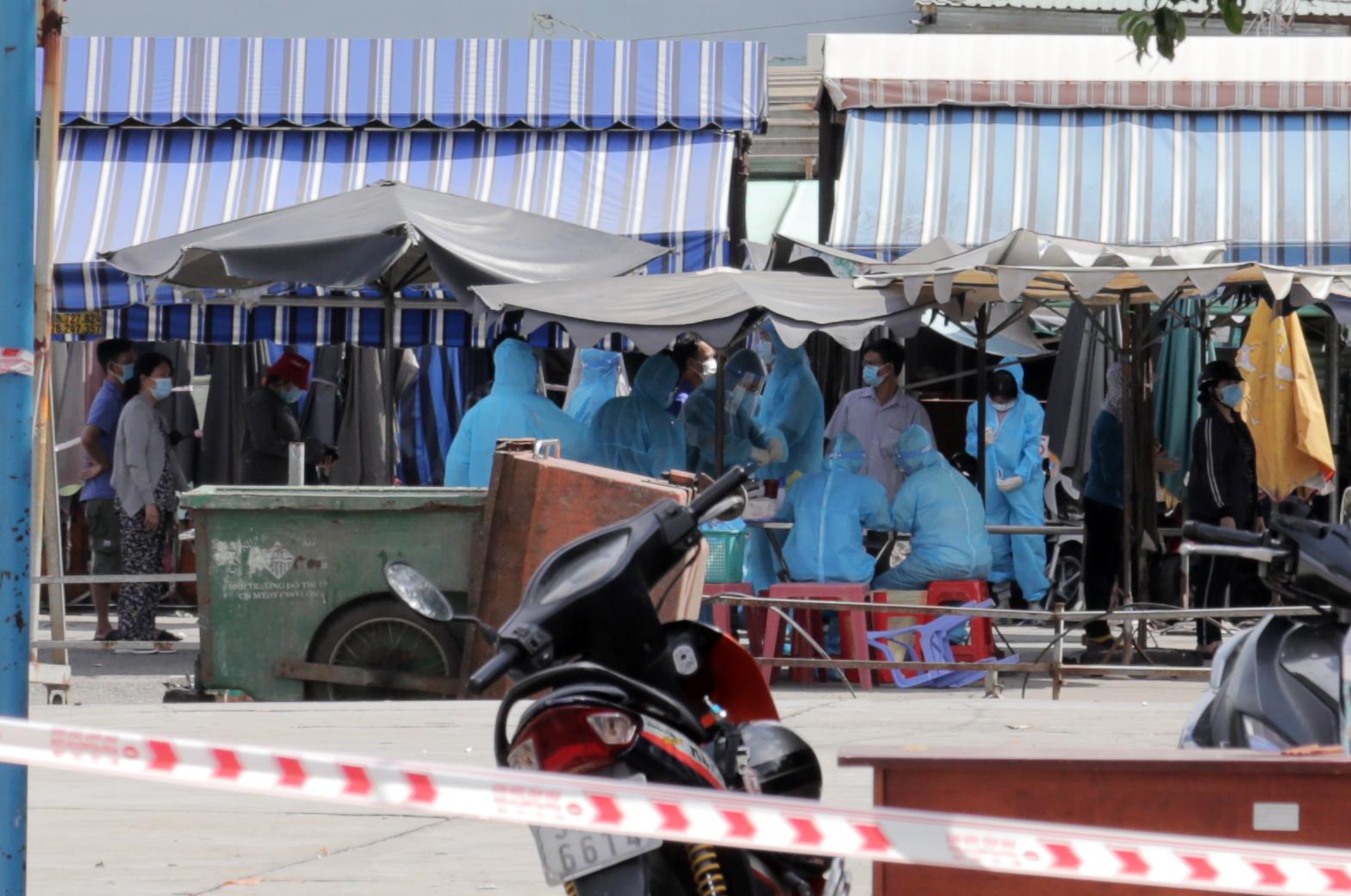 Ảnh: Phong tỏa mọi ngóc ngách, xét nghiệm hàng trăm người tại chợ ở Tân Phú vì dịch COVID-19 phức tạp - 8