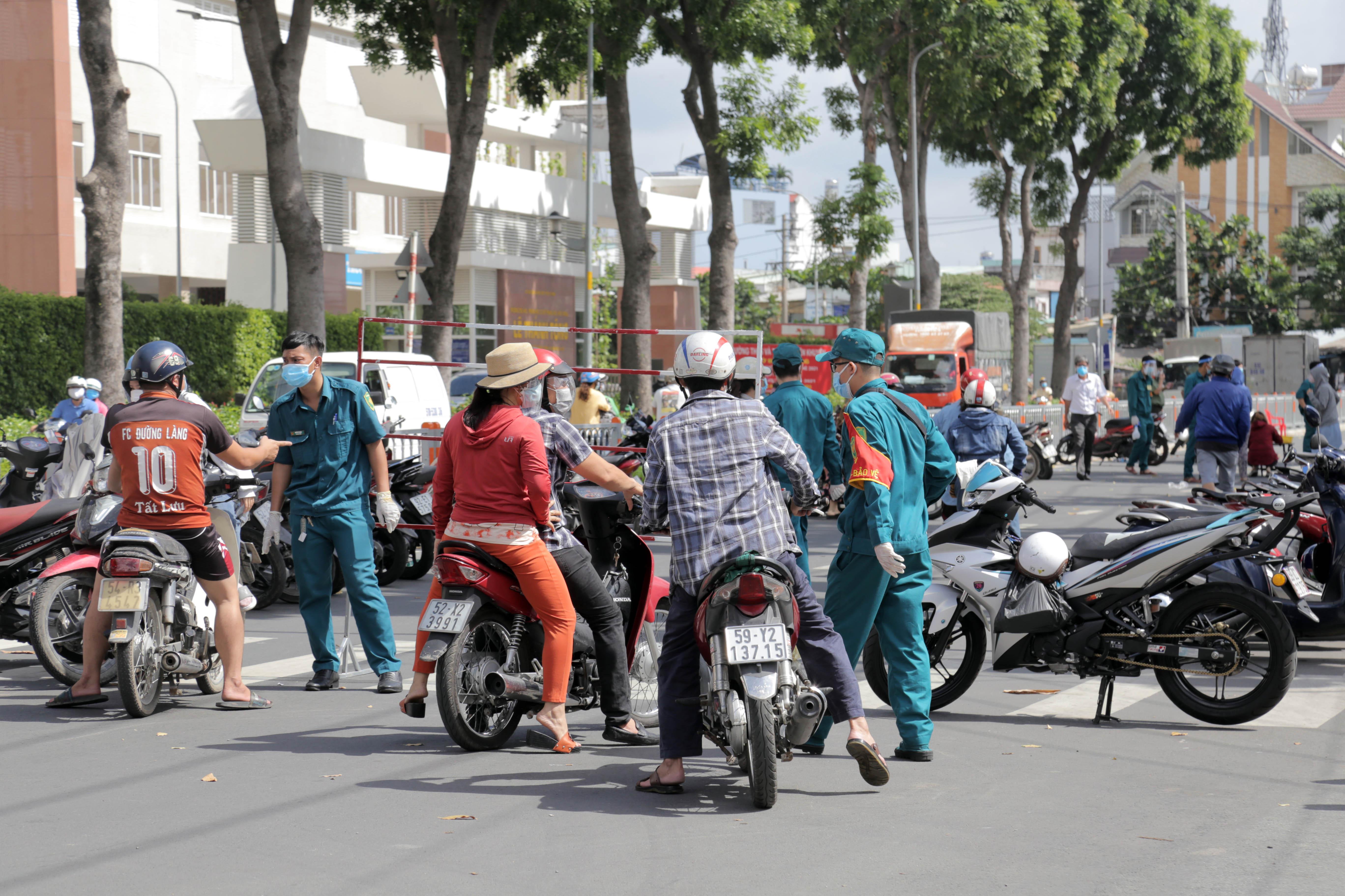 Ảnh: Phong tỏa mọi ngóc ngách, xét nghiệm hàng trăm người tại chợ ở Tân Phú vì dịch COVID-19 phức tạp - 9