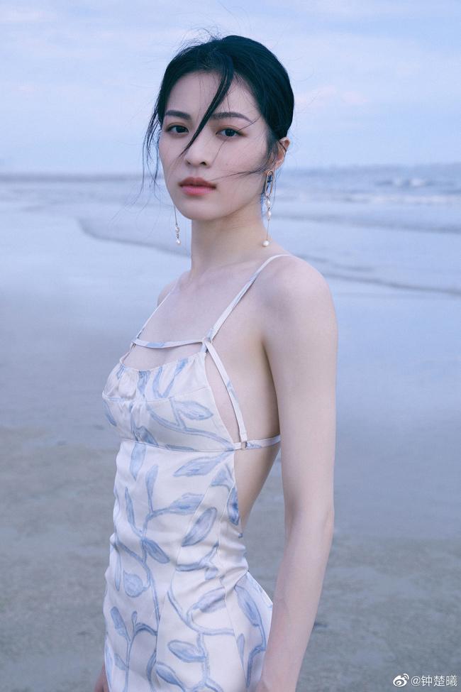 Style mặc từ trẻ trung tới thanh lịch của nàng thơ được Thành Long nâng đỡ - 1