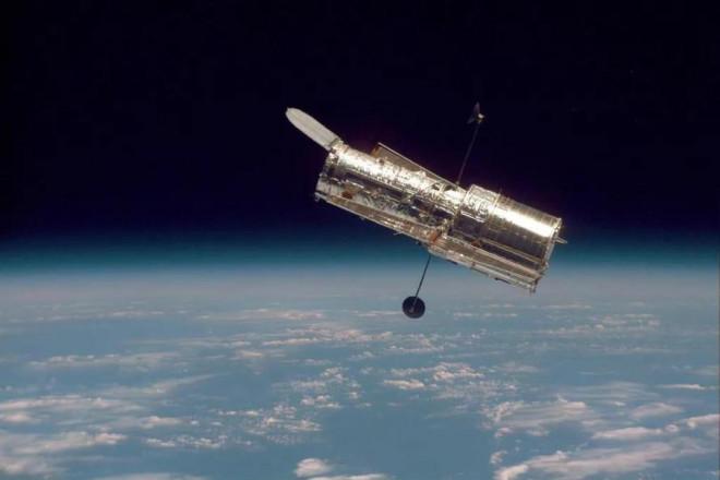 Kính thiên văn Hubble 'ngủ đông' sau lỗi máy tính bí ẩn - 1