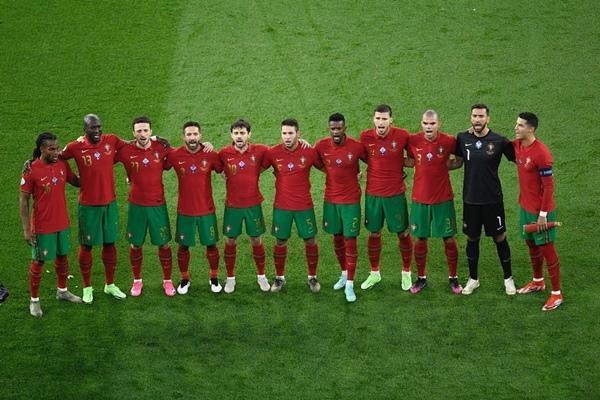 Tại sao Cristiano Ronaldo toàn mặc áo dài tay thi đấu trong khi đồng đội mặc áo ngắn tay? - 1