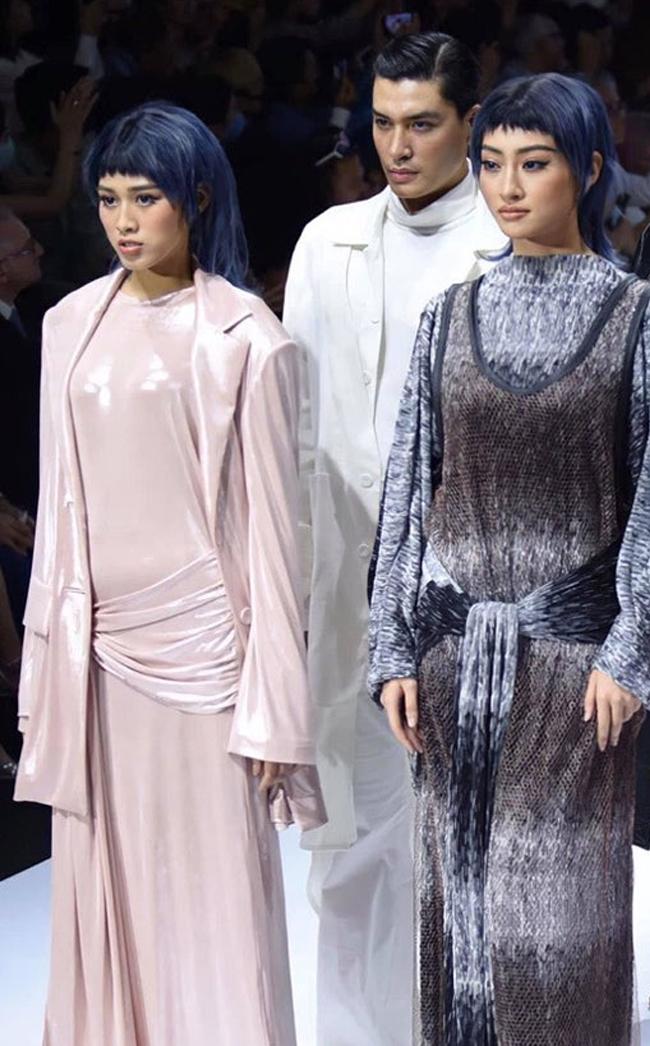 Lần đầu tiên sải bước trên sàn catwalk cùng các đàn chị nhưng Đỗ Thị Hà không tránh khỏi sự cố lộ vòng 2 ngấn mỡ vì diện váy mỏng.