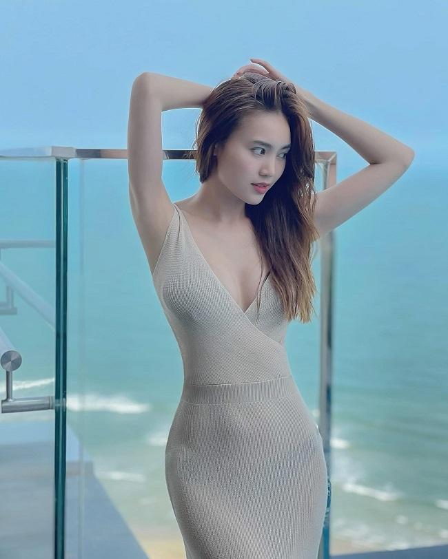 """Cũng như Sam, Ninh Dương Lan Ngọc sinh năm 1990 và là quý cô độc thân vàng của Vbiz. Cô nổi lên nhờ vai diễn trong """"Cánh đồng bất tận""""."""