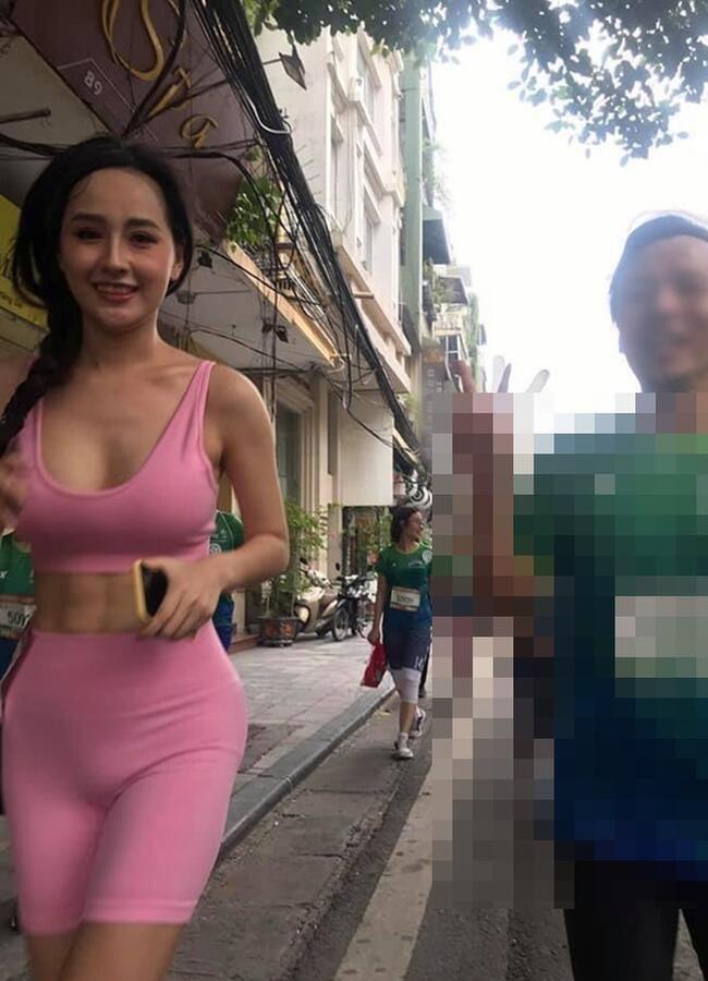 """Xuất hiện trong giải chạy Marathon ở Hồ Hoàn Kiếm, Hà Nội, Mai Phương Thúy mặc quần tập, để lộchi tiết """"tuyệt mật"""" khó coi."""