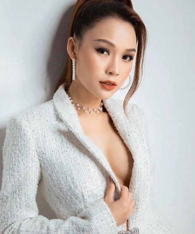 Sam (tên thật là Nguyễn Hà My) là một trong những hotgirl đời đầu nổi tiếng ở Sài thành. Không chỉ xinh đẹp, Sam còn là nghệ sĩ đa tài khi thành công ở nhiều lĩnh vực như diễn viên, MC, người mẫu ảnh... Ngoài hoạt động nghệ thuật, Sam còn kinh doanh và gặt hái được nhiều thành công.