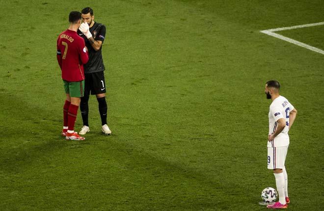 """Thủ môn Bồ Đào Nha cãi lời Ronaldo """"mách nước"""" bắt 11m gây nhiều hệ lụy - 1"""