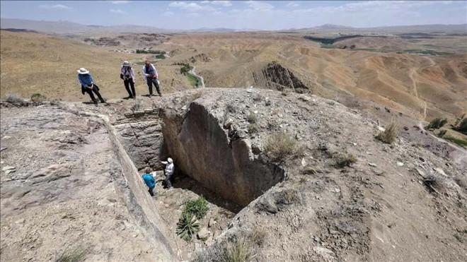 """""""Lâu đài ma"""" 2.800 tuổi xuất hiện trên... đỉnh núi - 1"""