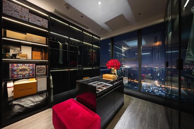 Phòng thay đồ là một trong những nơi yêu thích nhất của gia chủ. Đây là nơi anh trưng bày bộ sưu tập quần áo, phụ kiện hàng hiệu đắt đỏ của mình.