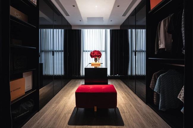 Căn hộ được thiết kế với tông màu trầm, nội thất coitrọng sự tiện nghi, hiện đại. Không quá cầu kỳ với nhiều chi tiết nhưng vẫn làm nổi bật sự sang trọng, cá tính. (Ảnh: Vũ Hải Nam)