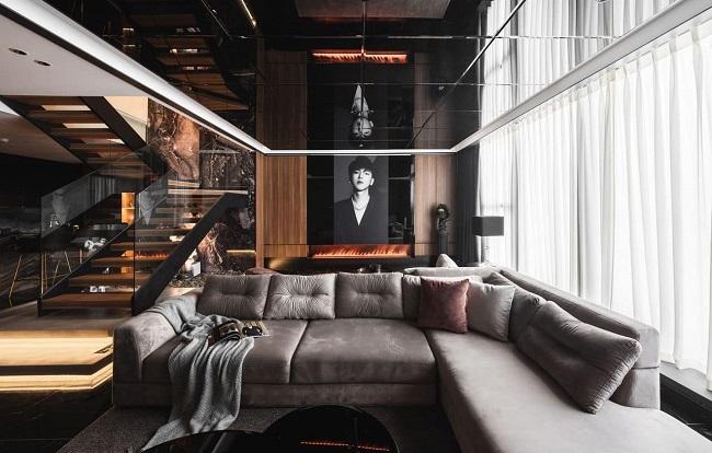 Tầng một là không gian sinh hoạt chung. Phòng khách rộng với có bộ sofa nổi bật.