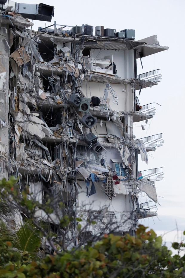 """Video: 55 căn hộ của tòa nhà 12 tầng bất ngờ sập xuống như """"bị đánh bom"""" ở Mỹ - 1"""