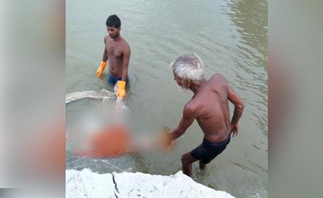 Ấn Độ:Thi thểcòn nguyên ống thở oxy trên miệngtrôidạt bờ sông Hằng - 1