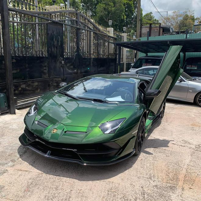 Đại gia lan đột biến tậu Lamborghini Aventador SVJ màu độc nhất Việt Nam - 9