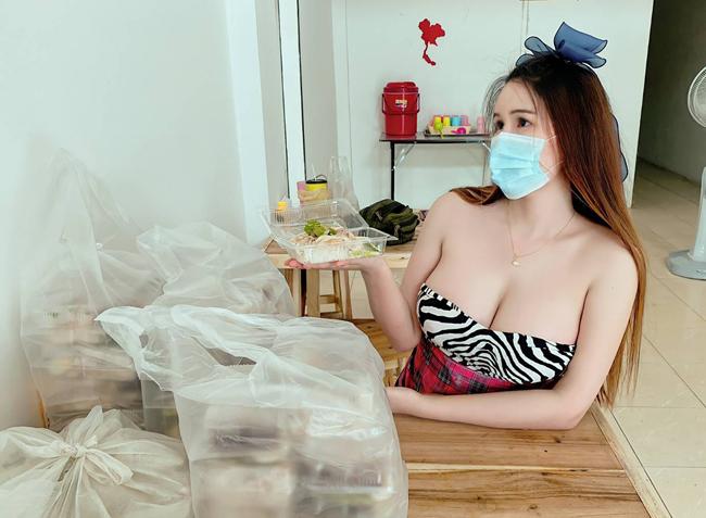 Cô nàng tên là Kamolluk Khomlam, 25 tuổi, từng tốt nghiệp đại học nhưng thất nghiệp vì dịch Covid-19 nên mở cửa hàng bán cơm gà.