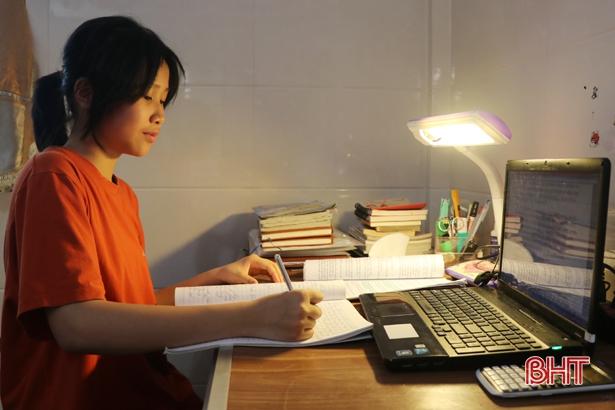Nữ thủ khoa đầu vào lớp 10 THPT Chuyên Hà Tĩnh gây choáng khi viết 17 trang văn trong 150 phút - 1