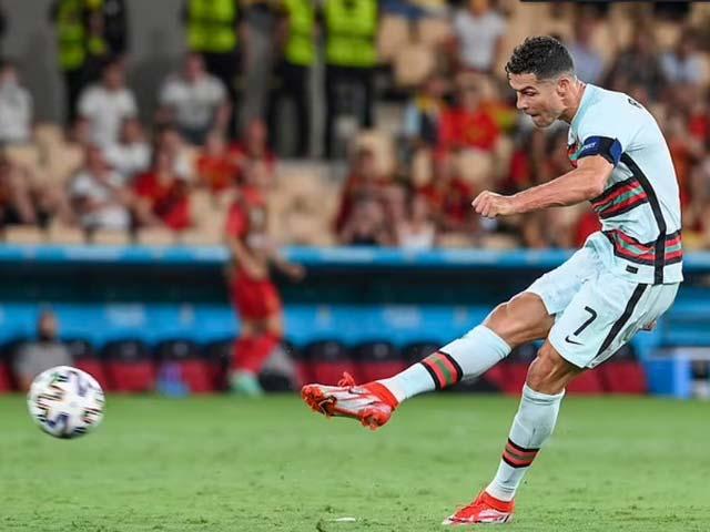 """Ronaldo sút phạt giỏi là """"chuyện hoang đường"""", bị fan chế giễu vì ăn vạ thô thiển - 1"""